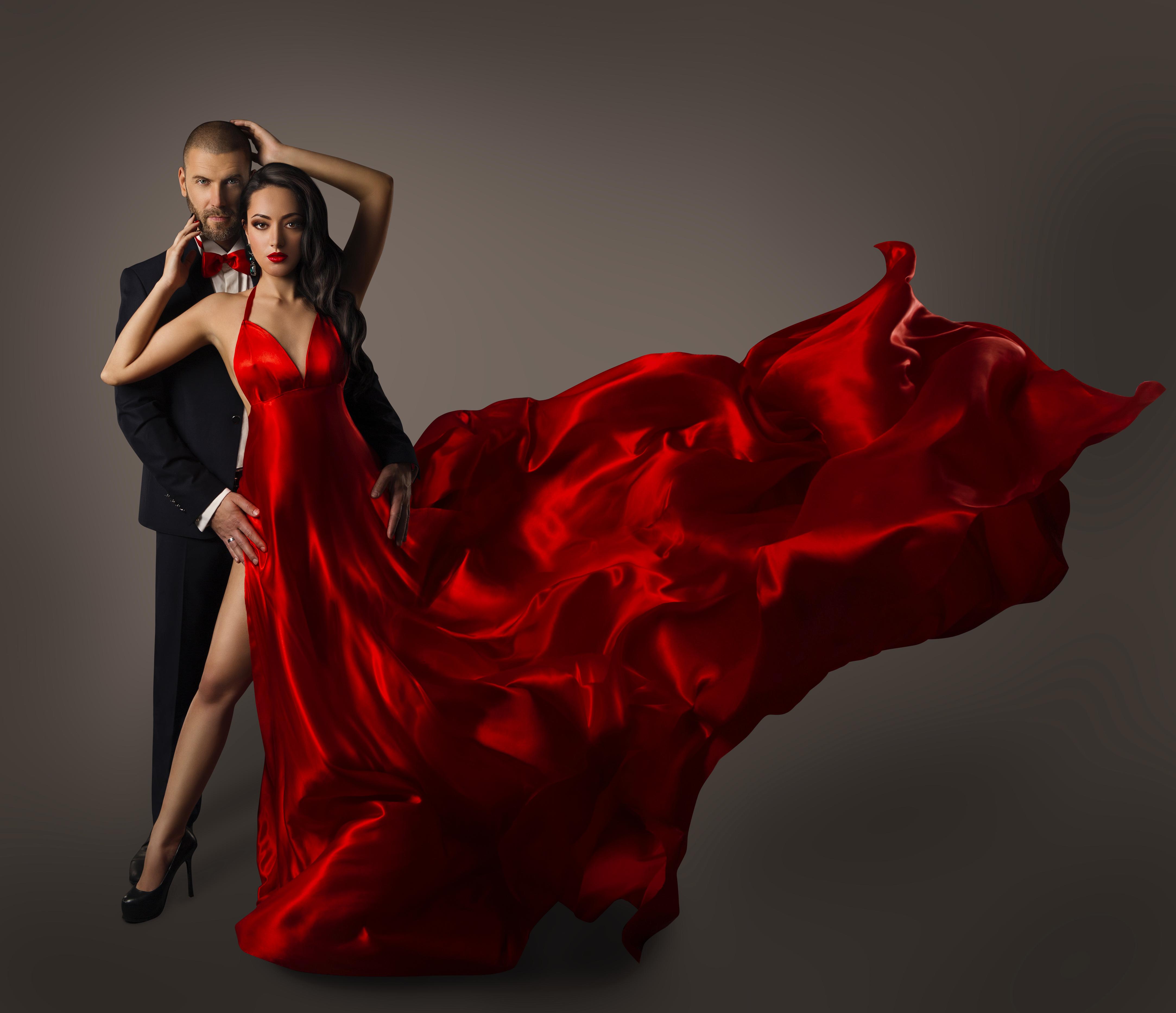 молодой парень и тетка в красном платье